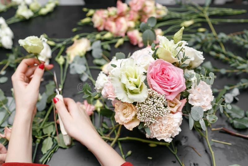 Hoofdklasse bij het maken van boeketten Het boeket van de lente Het leren bloem schikken, die mooie boeketten met uw maken  stock fotografie