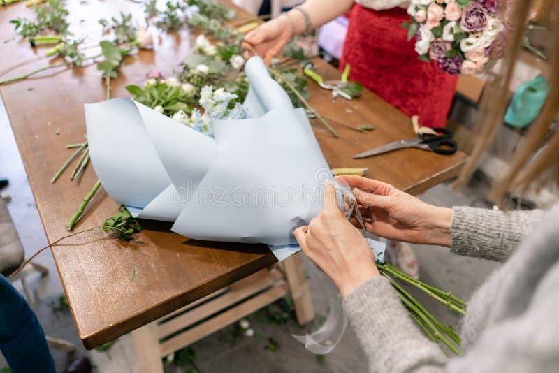 Hoofdklasse bij het maken van boeketten Het boeket van de zomer Het leren bloem schikken, die mooie boeketten met uw maken  stock afbeelding