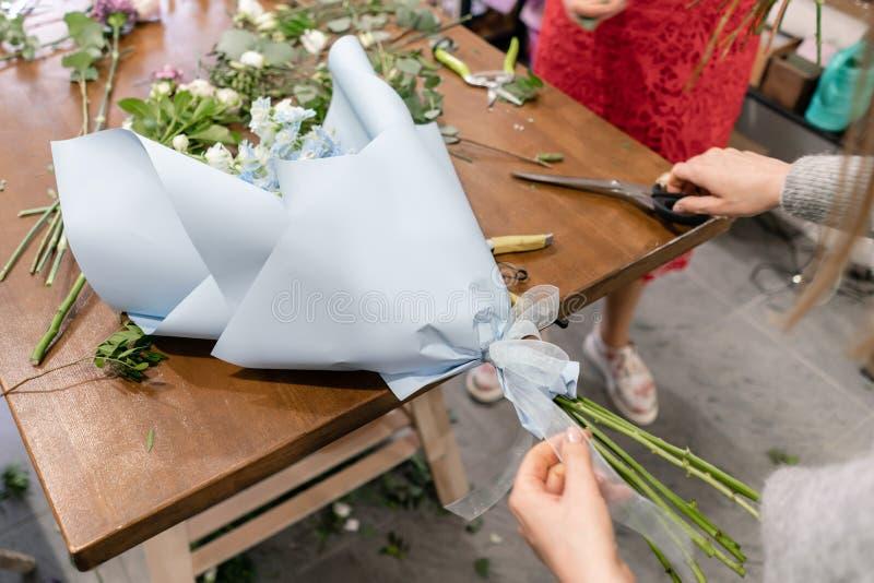 Hoofdklasse bij het maken van boeketten Het boeket van de zomer Het leren bloem schikken, die mooie boeketten met uw maken  royalty-vrije stock afbeelding