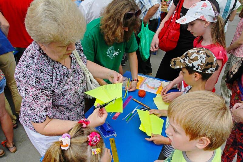Hoofdklasse voor het maken van een vlieger bij het vliegerfestival in Volgograd stock afbeelding