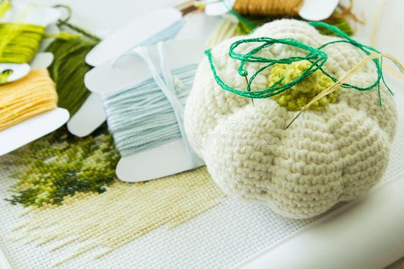 Hoofdkussen met naalden voor borduurwerk stock foto