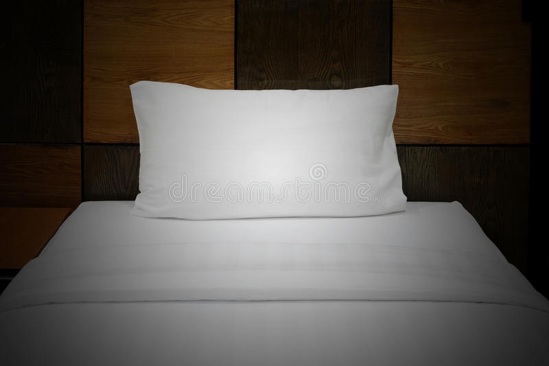 Hoofdkussen op het bed royalty-vrije stock foto