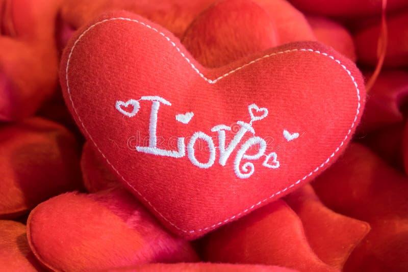 Hoofdkussen rood hart royalty-vrije stock foto's