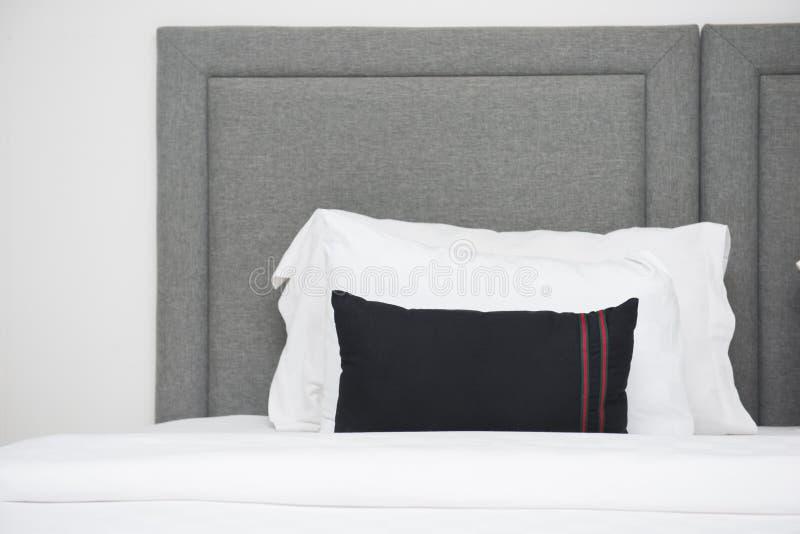 Hoofdkussens op het bed in slaapkamer royalty-vrije stock afbeeldingen