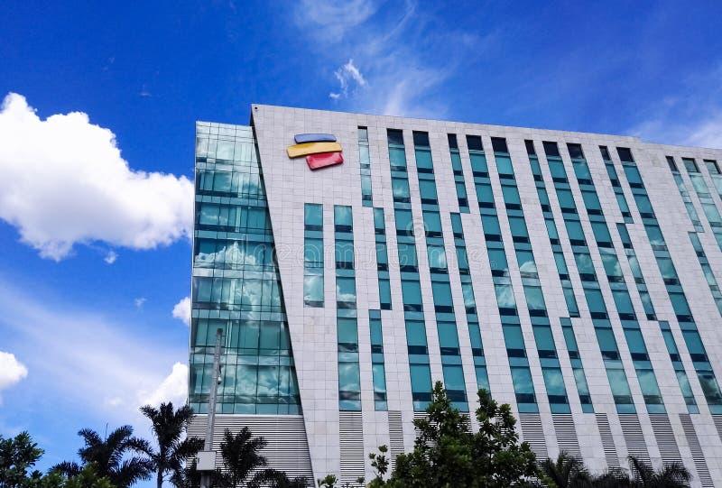 Hoofdkwartier van de Columbiaanse bank Bancolombia in Medellin met glasvoorgevel stock fotografie