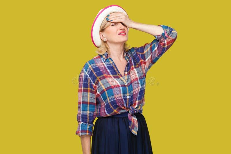 Hoofdpijn, fout of probleem Portret van droevige teleurgestelde modieuze rijpe vrouw in toevallige stijl met hoed die met hand zi royalty-vrije stock fotografie