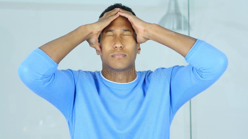 Hoofdpijn, Pijn in Hoofd van de Verstoorde Gespannen Jonge Afro-Amerikaanse Mens stock afbeelding