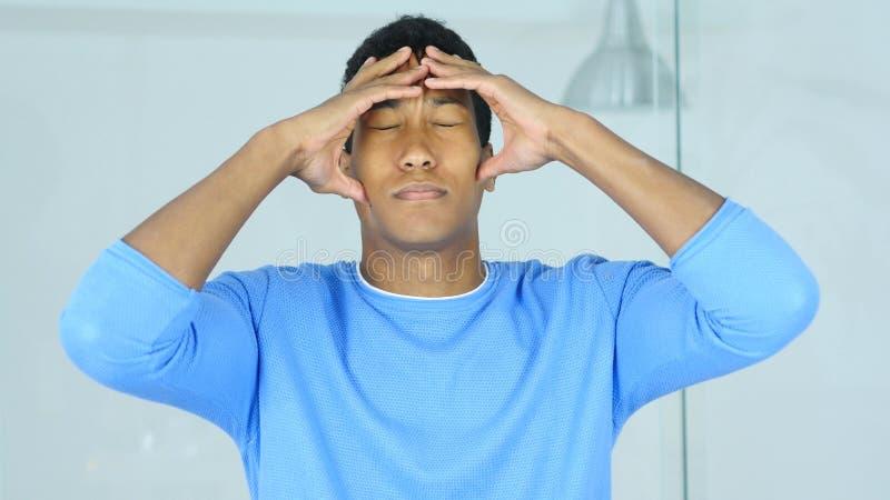 Hoofdpijn, verstoorde gespannen jonge Afro-Amerikaanse mens die zijn hoofd houden royalty-vrije stock afbeelding