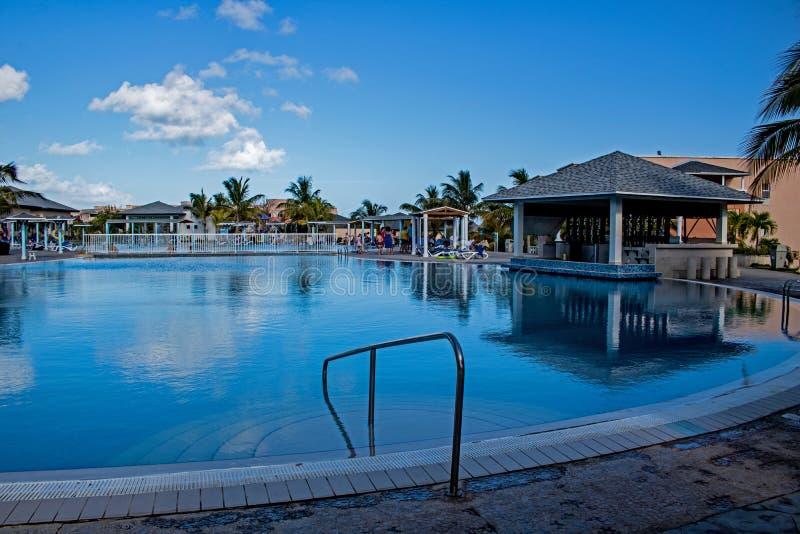 Hoofdpoolgebied bij de Toevlucht van Playa Paraiso in Cayo Coco, Cuba stock fotografie