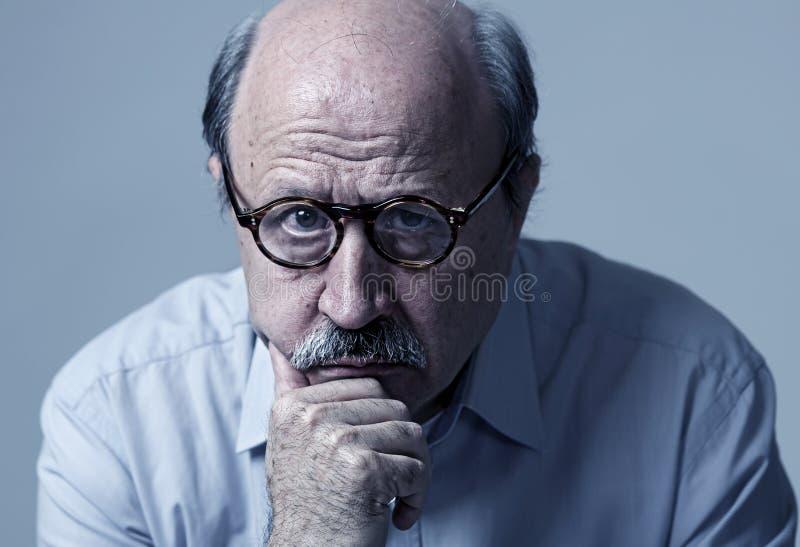Hoofdportret van de hogere rijpe oude mens die op zijn jaren '70 droevig en ongerust gemaakt lijdend aan de ziekte van Alzheimer  stock fotografie