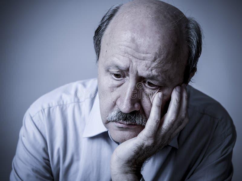Hoofdportret van de hogere rijpe oude mens die op zijn jaren '60 droevige kijken stock fotografie