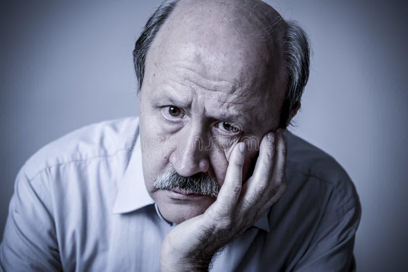 Hoofdportret van de hogere rijpe oude mens die op zijn jaren '60 droevige kijken stock foto's