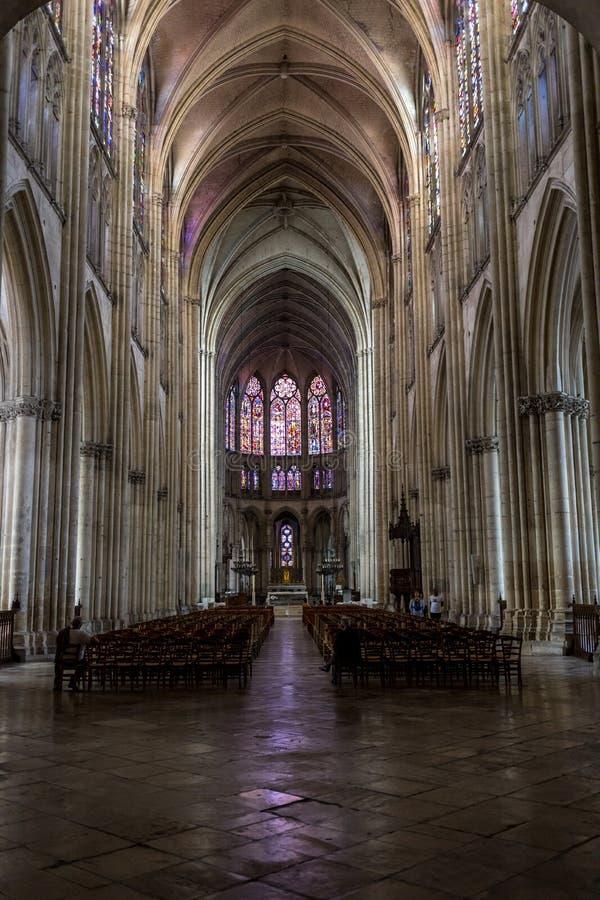 Hoofdschip en altaar in Basilique heilige-Urbain, de 13de eeuw gotische kerk in Troyes, Frankrijk royalty-vrije stock afbeelding