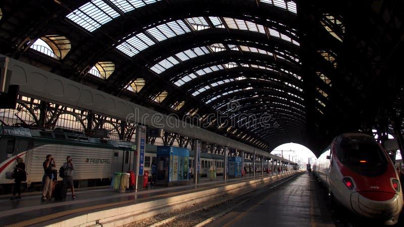 Hoofdstation van Milaan met foto die toeristen schieten stock afbeeldingen