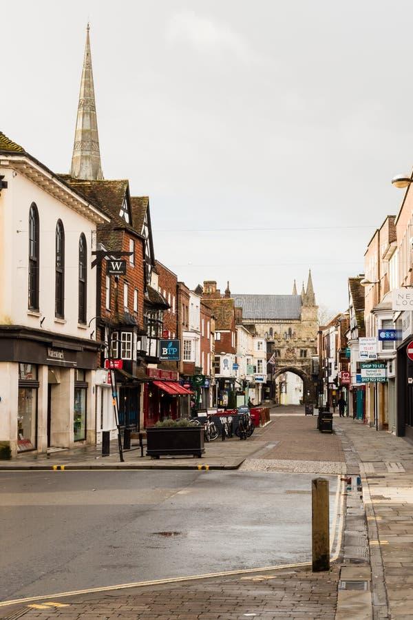 Hoofdstraat Salisbury, Wiltshire - vroege ochtend stock afbeeldingen