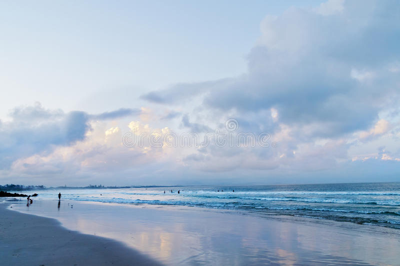 Hoofdstrand in Byron Bay na zonsondergang stock afbeelding