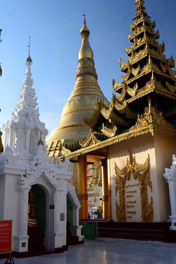 Hoofdstupa en andere heiligdommen bij zonsondergang De pagode van Shwedagon yangon myanmar stock afbeelding