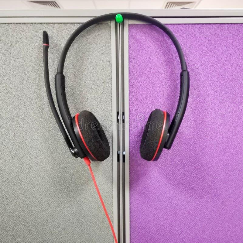 hoofdtelefoon bij het werkbureau stock foto's