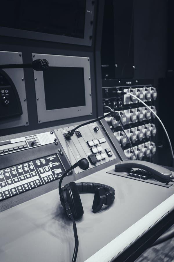 Hoofdtelefoon op de controlebureau van de Muziekmixer in studio royalty-vrije stock fotografie