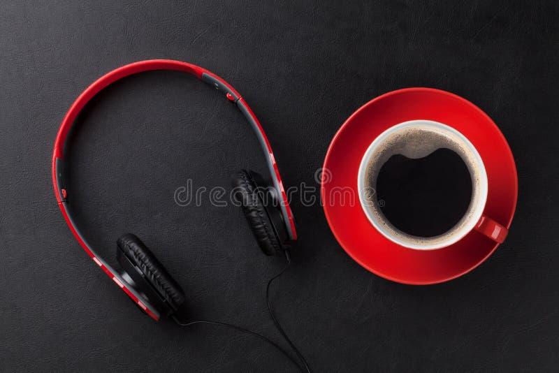Hoofdtelefoons en koffiekop royalty-vrije stock afbeeldingen