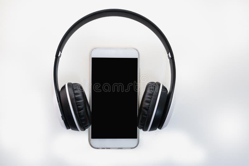 Hoofdtelefoons met het concept mededeling door technologie stock afbeelding