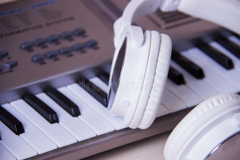 Hoofdtelefoons op muzikaal synthesizertoetsenbord Hoofdtelefoons op elektronische piano royalty-vrije stock foto's