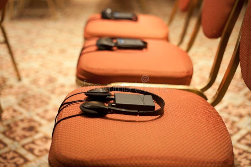 Hoofdtelefoons op stoelen stock fotografie