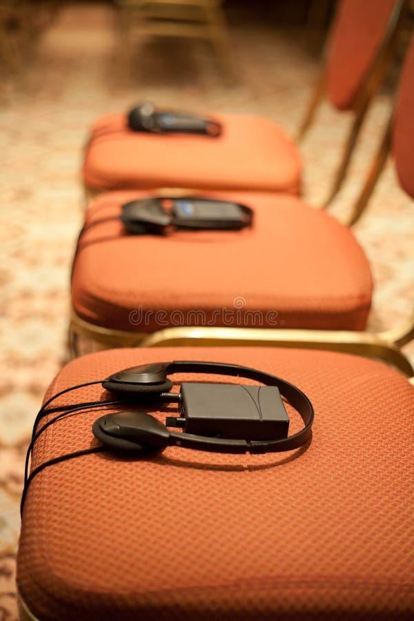 Hoofdtelefoons op stoelen stock foto