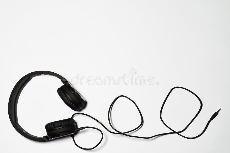 Hoofdtelefoons op witte achtergrond - exemplaar-ruimte voor tekst royalty-vrije stock foto