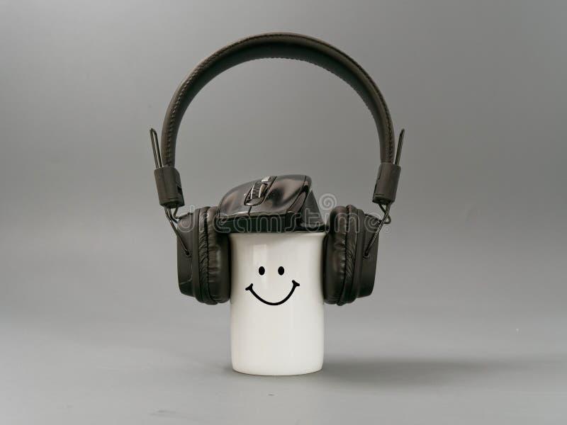 Hoofdtelefoonskop en muis gestileerde muziekminnaar op een grijze achtergrond stock afbeelding