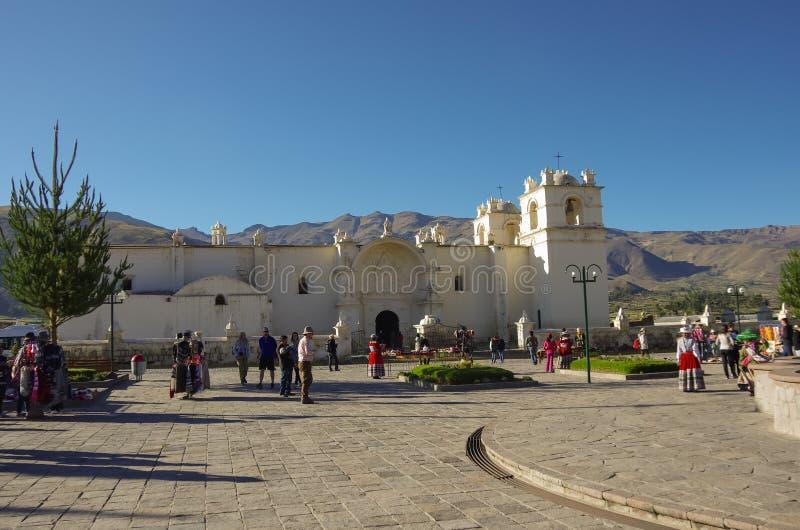 Hoofdvierkant en Kerk van de Onbevlekte Ontvangenis met mountai royalty-vrije stock afbeeldingen
