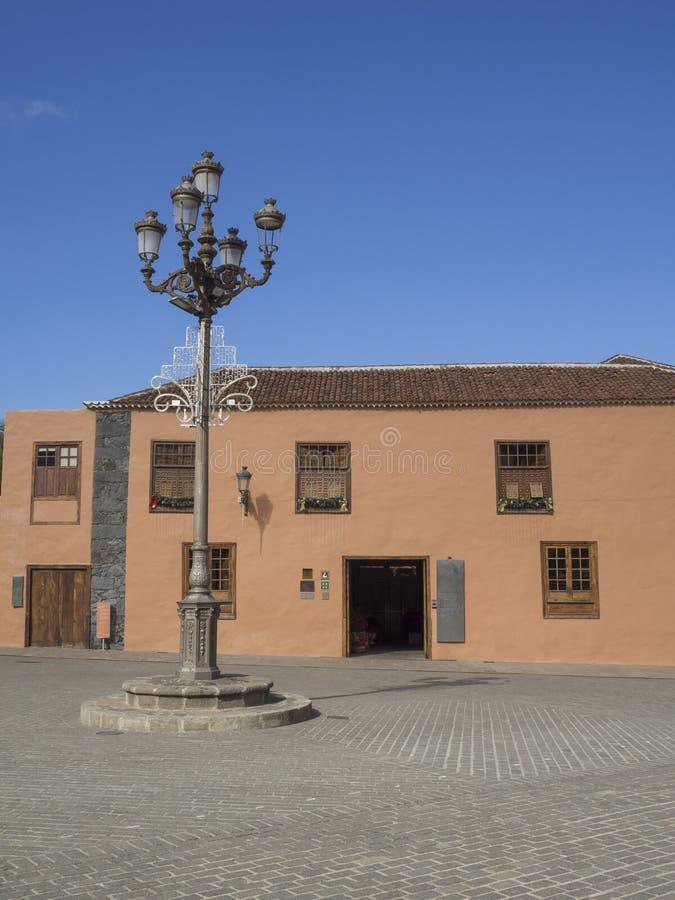 Hoofdvierkant in oud dorp garachico met traditioneel huis stre stock afbeelding