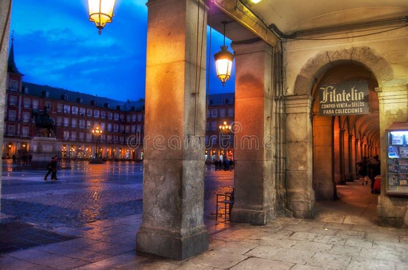 Hoofdvierkant van Madrid bij het vallen van de avond stock foto