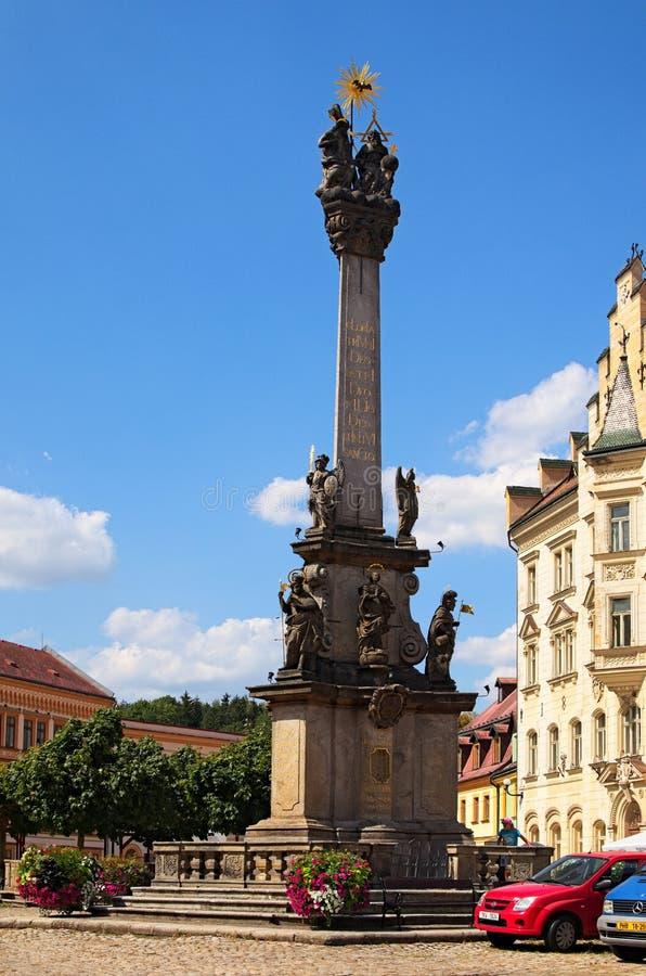 Hoofdvierkant van middeleeuwse Loket-stad met oude Plaagkolom tegen de zomerdag stock foto's