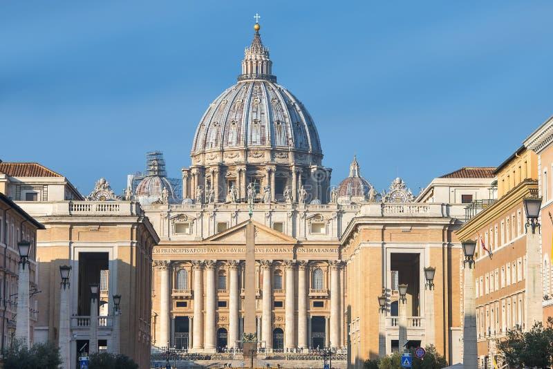 Hoofdvoorgevel van de Basiliek van St Peter, de Stad van Vatikaan royalty-vrije stock fotografie