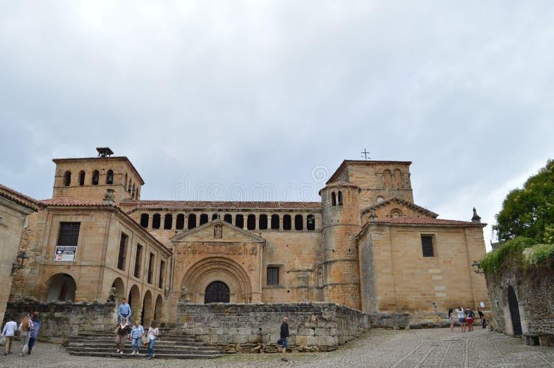 Hoofdvoorgevel van de Collegiale Kerk in Abad Francisco Navarro Square With een Bar in het Centrum in de Middeleeuwse Villa royalty-vrije stock afbeeldingen
