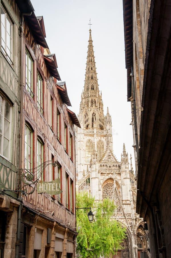 Hoofdwinkelstraat en kathedraal Rouen royalty-vrije stock afbeeldingen