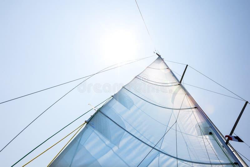 Hoofdzeil van een varende boot tegen zonnige hemel royalty-vrije stock afbeelding