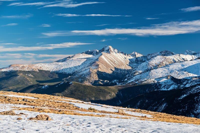 Hoog alpien toendralandschap met bergen stock fotografie