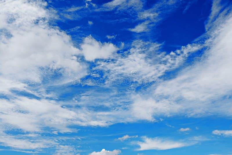 Hoog contrast, mooie witte pluizige wolk onder diepe blauwe hemel stock foto's