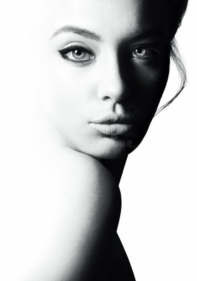 Hoog contrast zwart-wit portret van een mooi meisje stock fotografie