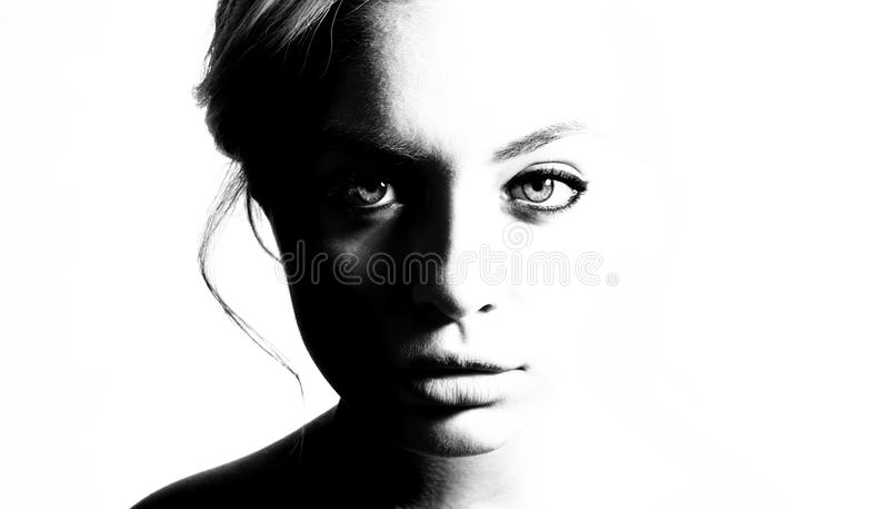 Hoog contrast zwart-wit portret van een mooi meisje stock foto