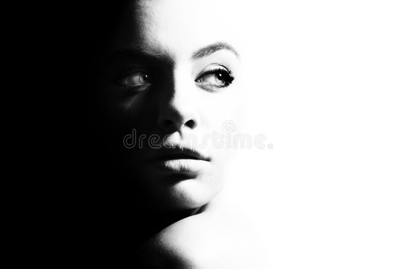 Hoog contrast zwart-wit portret van een mooi meisje stock afbeeldingen