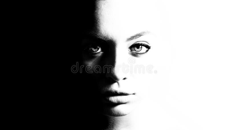 Hoog contrast zwart-wit portret van een mooi meisje stock afbeelding