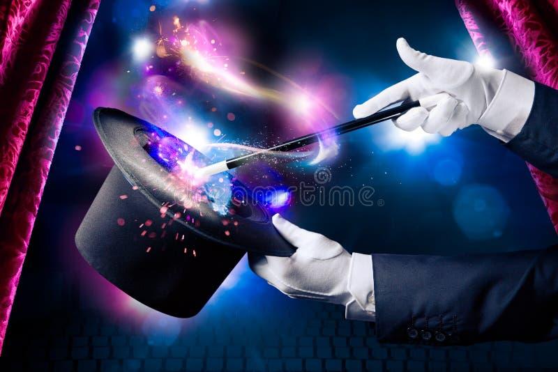 Hoog contrastbeeld van tovenaarhand met toverstokje stock afbeeldingen