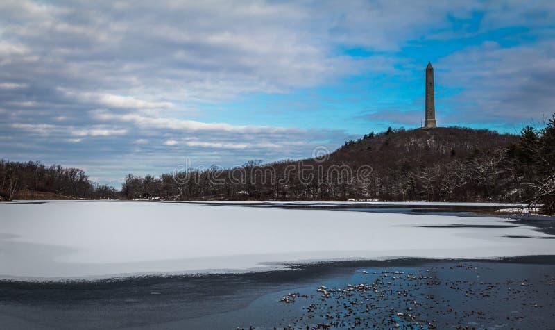 Hoog die Puntmonument bij de bovenkant van NJ, in de winter door sneeuw en blauwe hemel wordt omringd royalty-vrije stock afbeeldingen