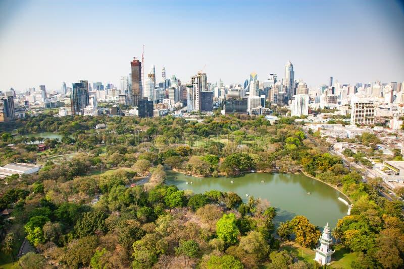 hoog gebouwenpanorama de stad in van de Stad en Lumpini-park Thailand van Bangkok stock foto