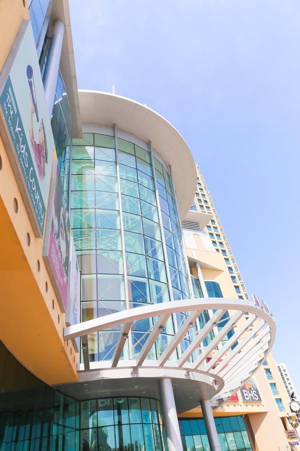 Hoog hef Gebouwen in Doubai op stock afbeeldingen