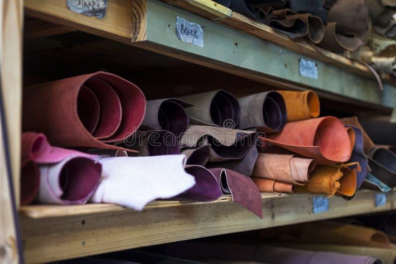 Hoog - kwaliteits multicolored geverft leer op planken royalty-vrije stock afbeelding