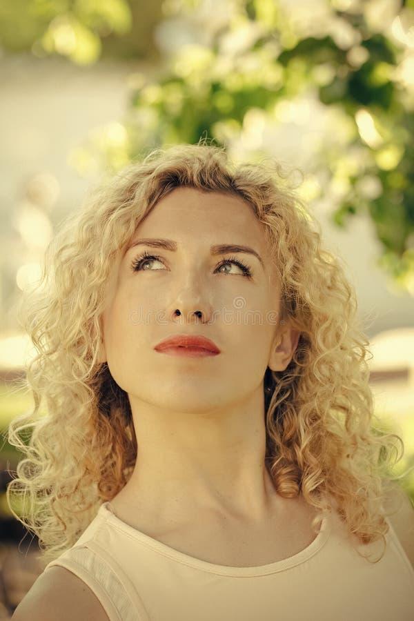Hoog manierportret van elegante vrouw Meisje die met krullend blond haar omhoog op zonnige r-dag kijken royalty-vrije stock foto